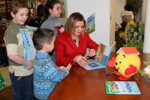 Татьяна Залужная (ЛЮБАША) в книжном магазине БИБЛИО-ГЛОБУС с юными читателями своей книги БАРБАРИКИ