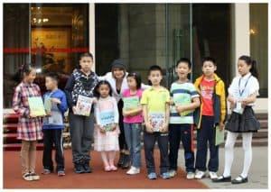 Любаша дарит свои книги детям в посольстве Китая